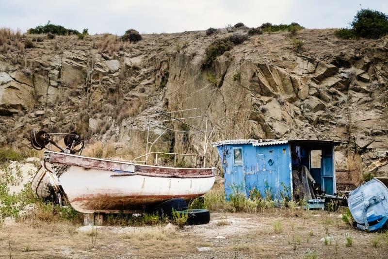 Barco velho na terra fotos de stock