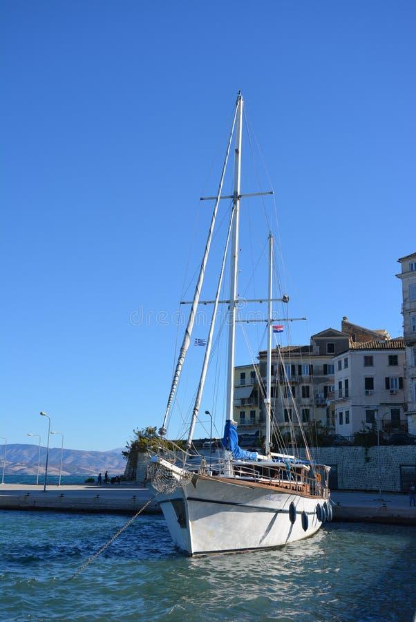 Barco velho no porto velho, Corfu fotos de stock royalty free