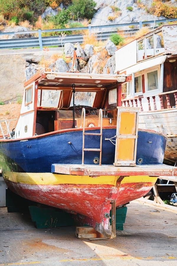 Barco velho no porto Sicília de Cefalu fotos de stock royalty free