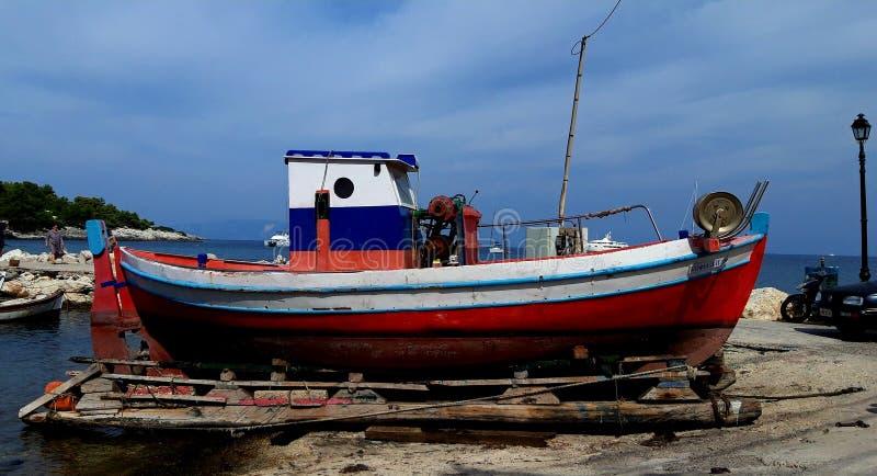 Barco velho pequeno dos pescadores imagem de stock