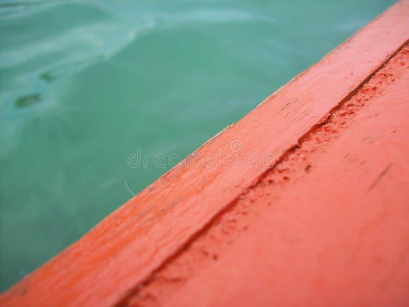 Barco verde de la naranja del agua imagenes de archivo