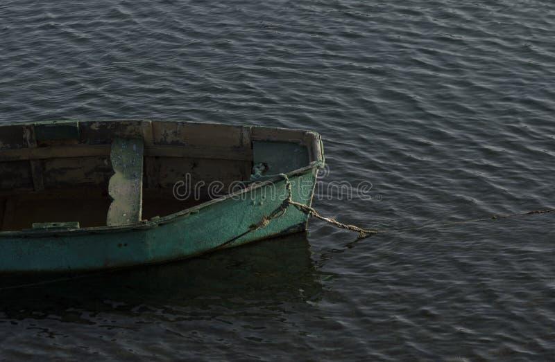 Barco verde na ?gua fotos de stock