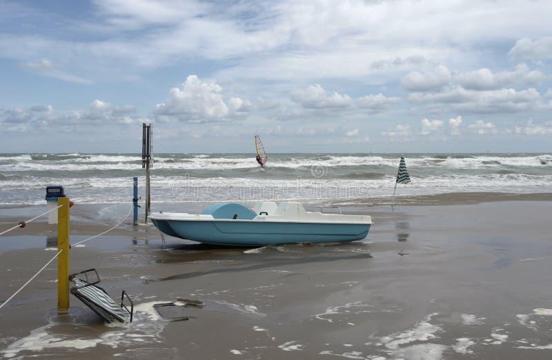 Barco verde na maré baixa imagem de stock royalty free