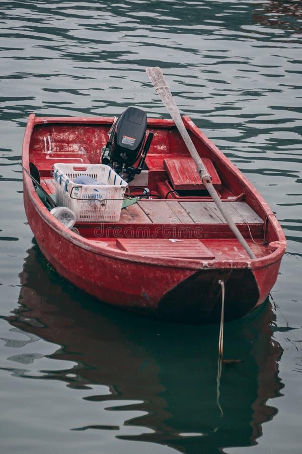 Barco vermelho do estilo antigo na água foto de stock