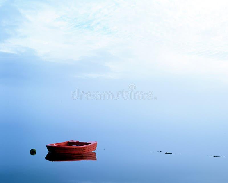 Barco vermelho no Loch. (scotland). imagem de stock
