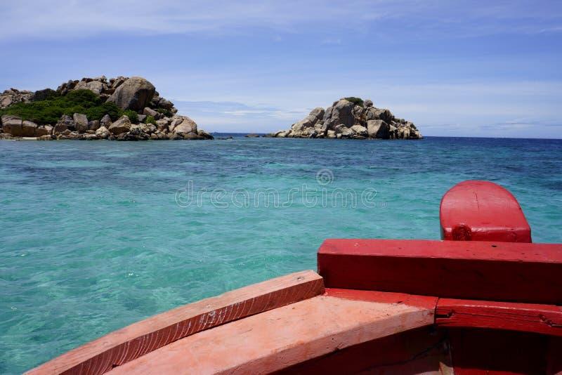 Barco vermelho no mar azul fotografia de stock