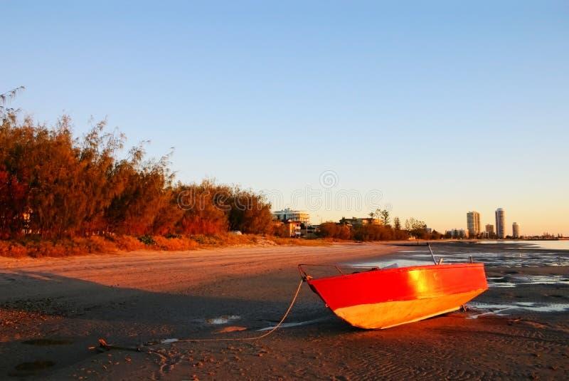 Barco vermelho no nascer do sol imagens de stock royalty free
