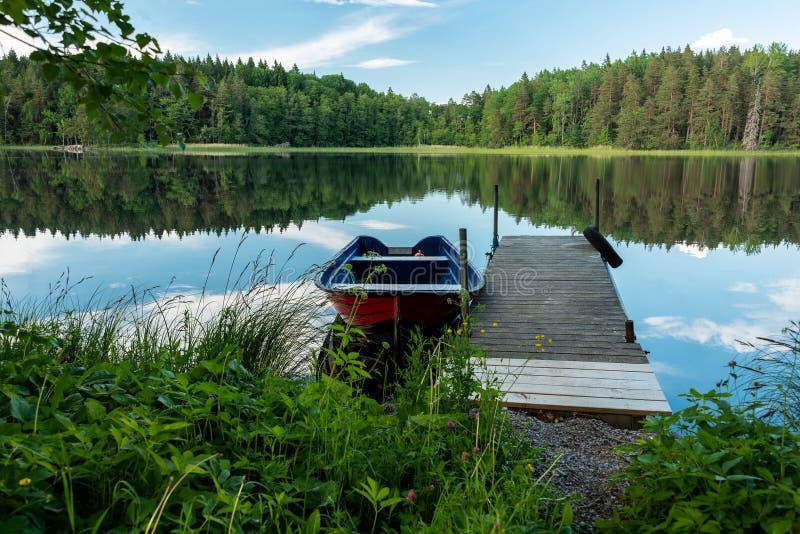 Barco vermelho pela ponte de madeira fotos de stock