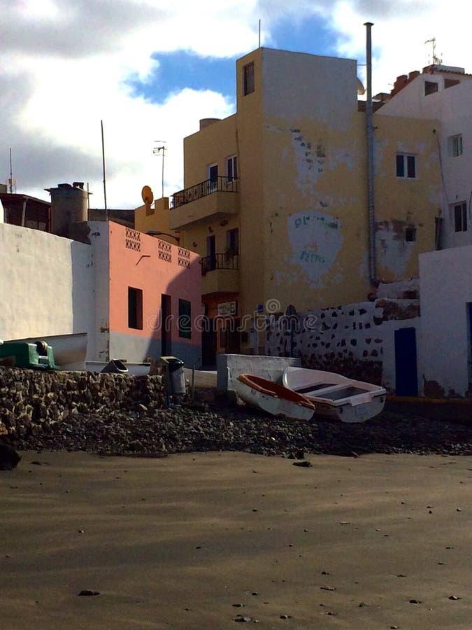 Barco viejo cerca de edificios foto de archivo libre de regalías