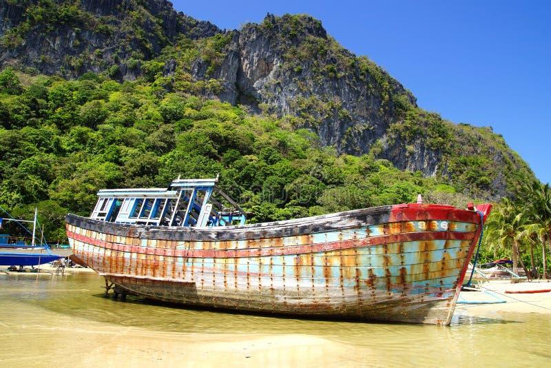 Barco viejo durante marea baja. EL Nido fotos de archivo libres de regalías