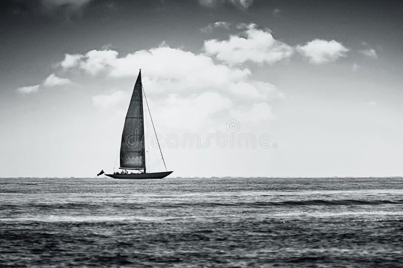 Barco viejo en blanco y negro imagenes de archivo