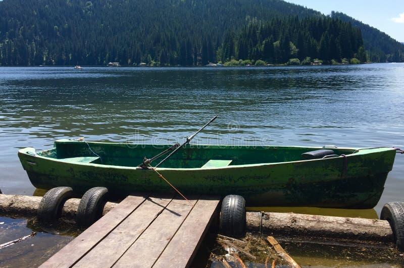 Barco viejo en el lago Belis, Cluj, Transilvania imagenes de archivo