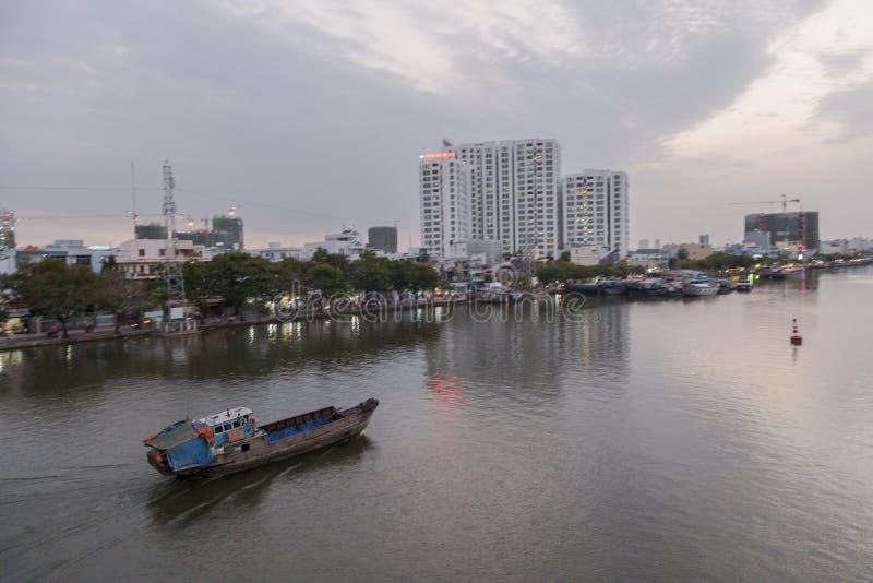 Barco viejo en el río de Saigon imagen de archivo libre de regalías