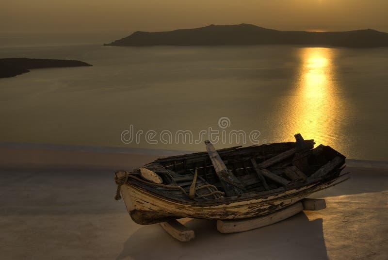 Barco viejo en puesta del sol imagen de archivo libre de regalías