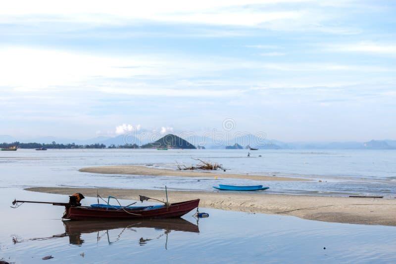 Barco viejo en una cuerda en el mar reservado Isla de Samui, Tailandia estacionarado imagen de archivo