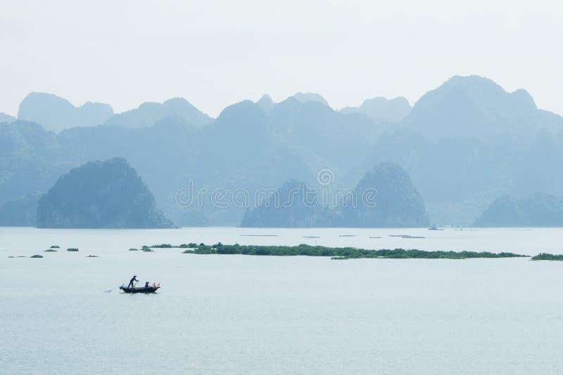 barco vietnamita en la bahía larga de la ha, Vietnam imagenes de archivo