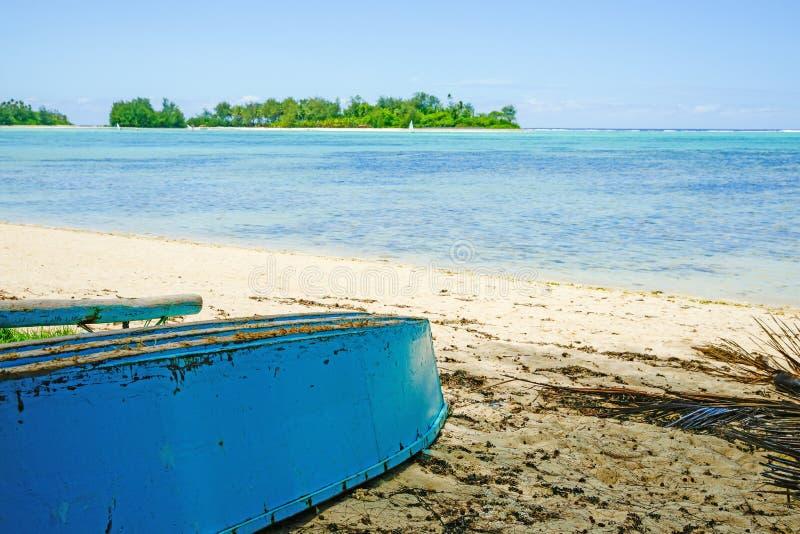 Barco vuelto hacia arriba en la playa. imágenes de archivo libres de regalías