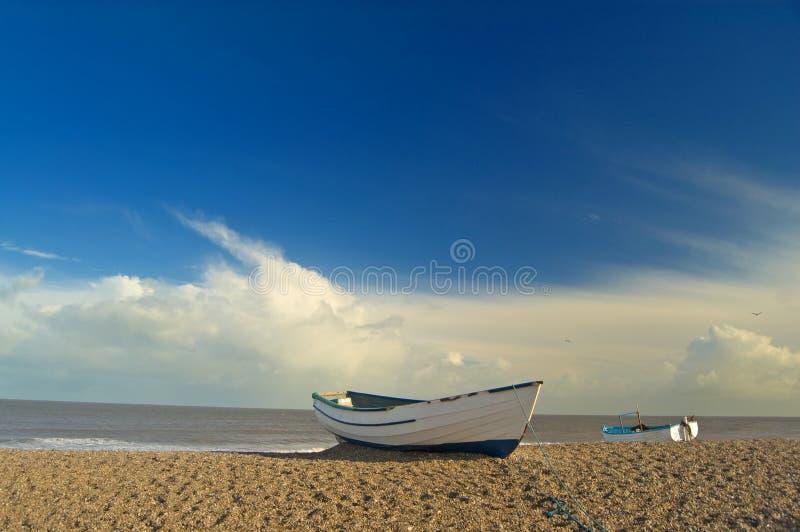 Barco y costa de las arenas imagenes de archivo
