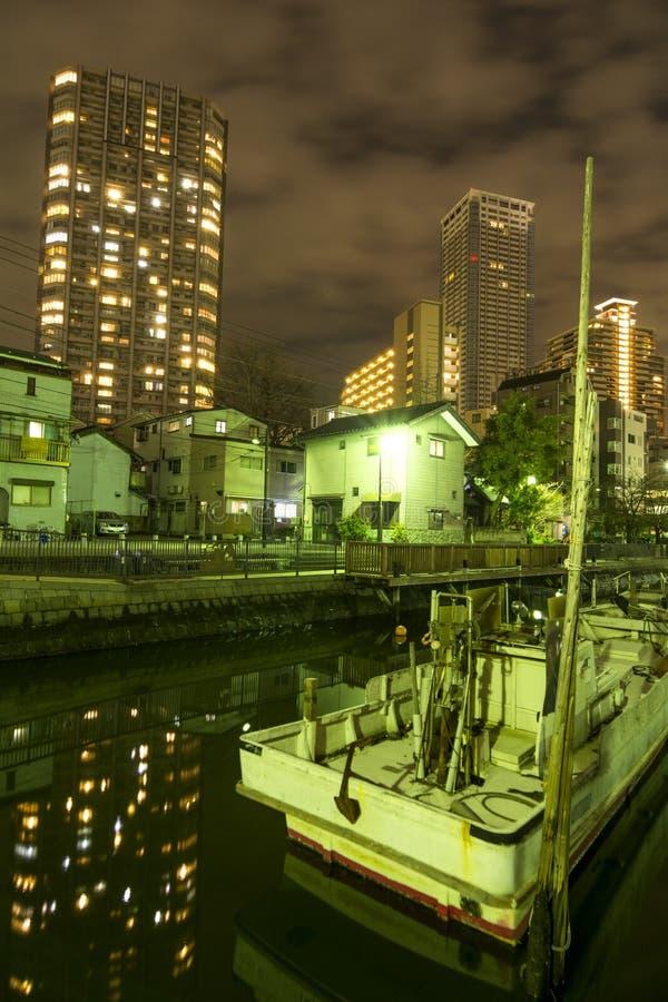 Download Barco y edificio imagen de archivo. Imagen de canal, noche - 64202919