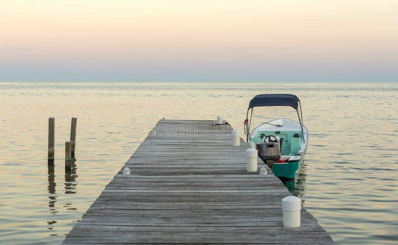 Barco y embarcadero en la salida del sol fotos de archivo libres de regalías