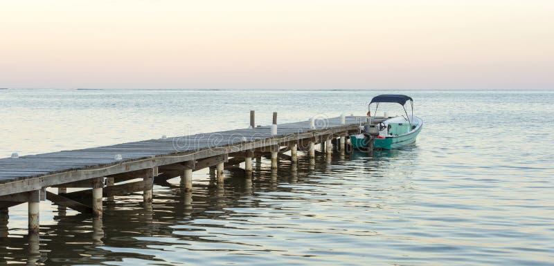 Barco y embarcadero en la salida del sol imágenes de archivo libres de regalías
