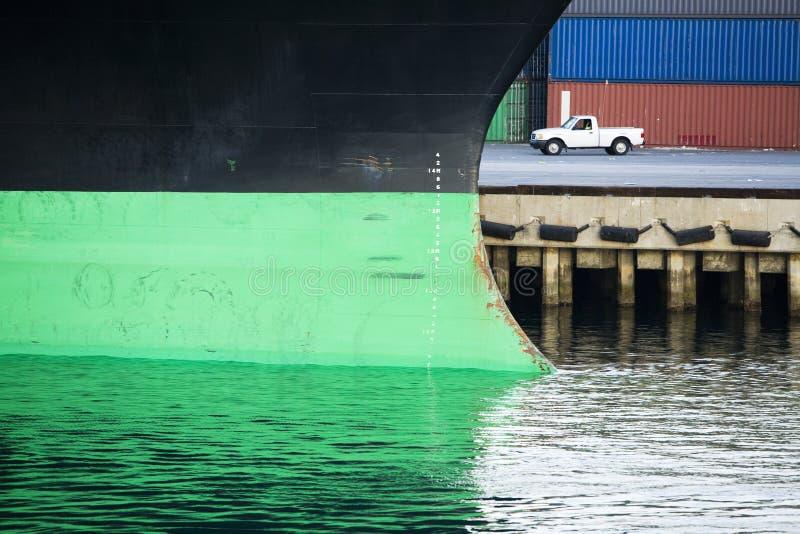 Barco y furgoneta en los muelles fotos de archivo