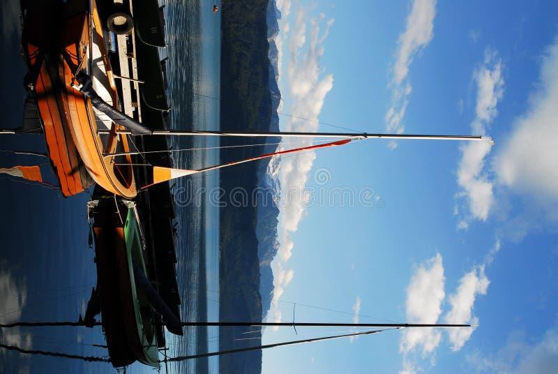 Barco-y montañas fotos de archivo