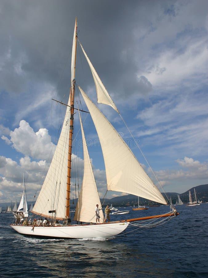 Barco y nube hermosos foto de archivo
