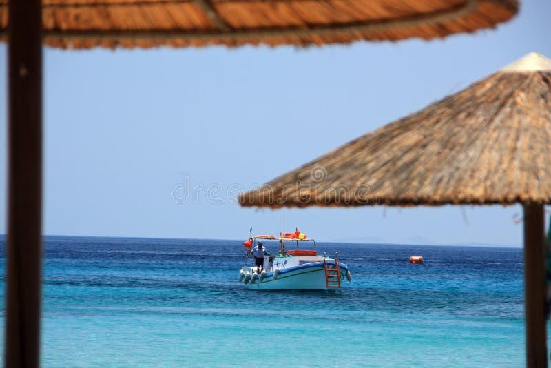 Barco y parasoles de playa fotos de archivo libres de regalías