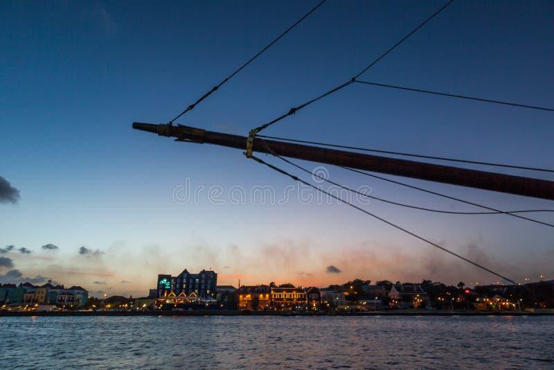 Barco y puesta del sol alrededor de Willemstad foto de archivo