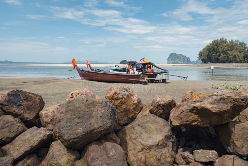 Barco y rocas de la cola larga en la playa tropical de la arena, mar de Andaman, en Tailandia fotos de archivo libres de regalías