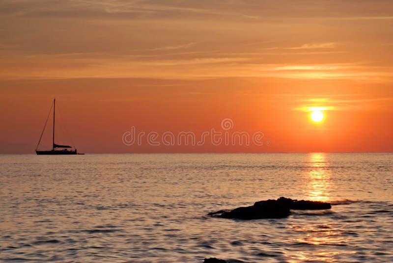 Barco y salida del sol imagen de archivo