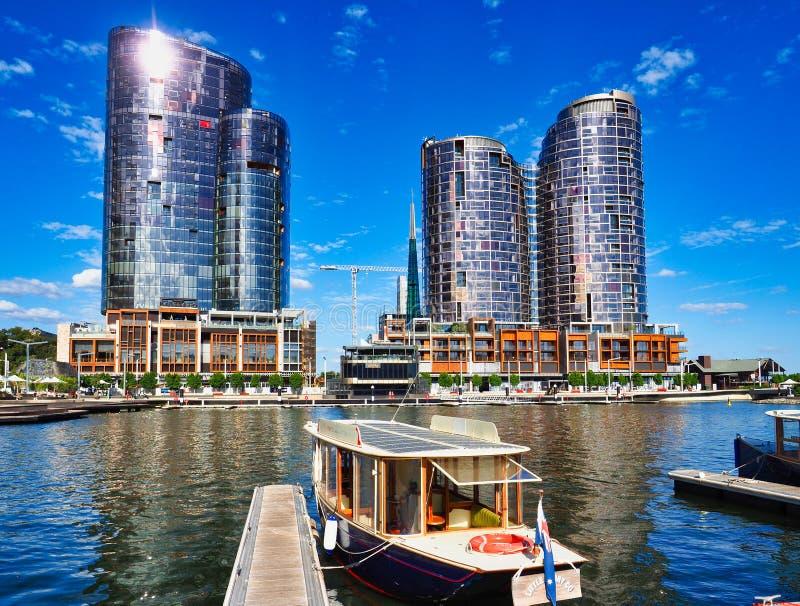 Barco y torres modernas del apartamento, Elizabeth Quay, Perth, Australia occidental de la travesía imágenes de archivo libres de regalías