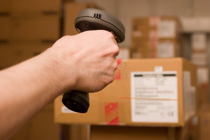 barcoden hands manscaner royaltyfria bilder