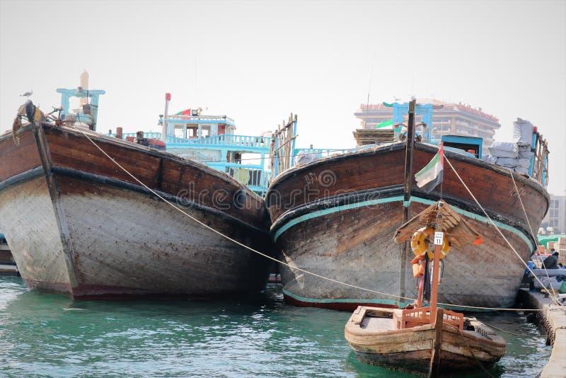 Barcos árabes tradicionais em Dubai Creek, UAE imagens de stock royalty free