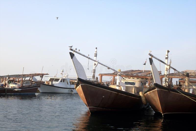 Barcos árabes tradicionais em Dubai Creek, UAE foto de stock royalty free
