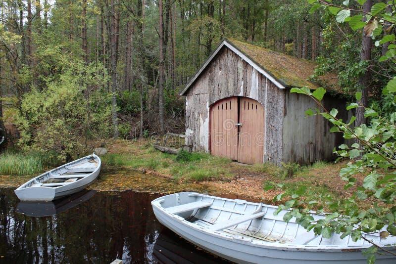 Barcos abandonados da vertente e de enfileiramento do barco fotos de stock