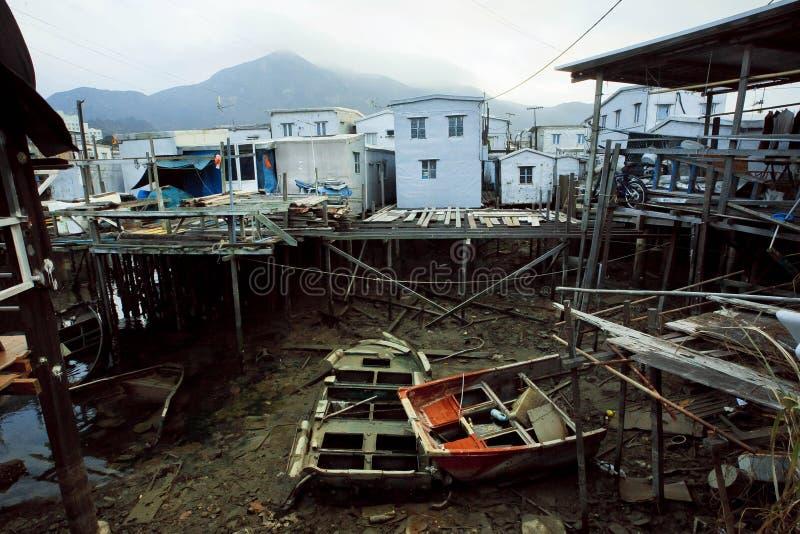 Barcos abandonados en cala del río con las construcciones metálicas oxidadas de pescadores en pueblo imagen de archivo libre de regalías
