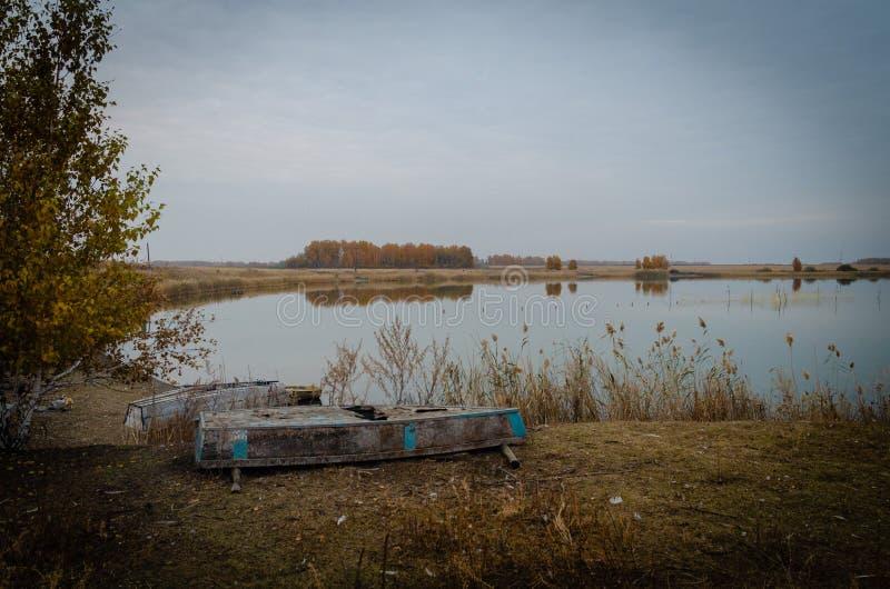Barcos abandonados no lago imagens de stock