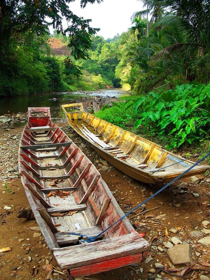 Barcos al lado de un río de Borneo fotografía de archivo libre de regalías