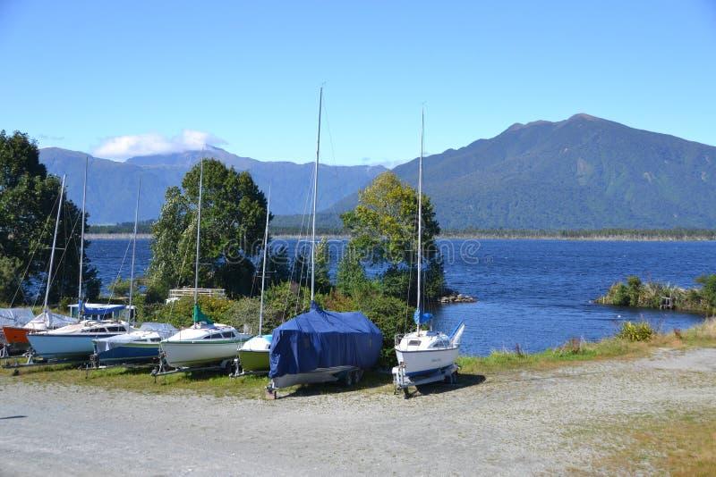 Barcos alinhados no lago Brunner imagens de stock royalty free
