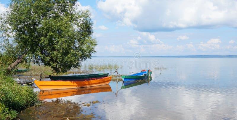 Barcos amarrados à costa imagens de stock