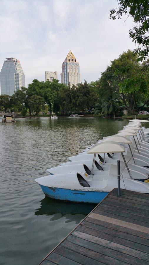 Barcos amarrados acima em um lago foto de stock
