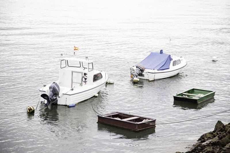 Barcos amarrados en el muelle foto de archivo