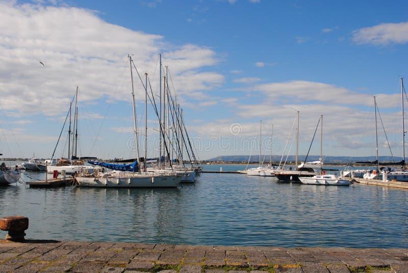 Barcos amarrados en el puerto imagenes de archivo