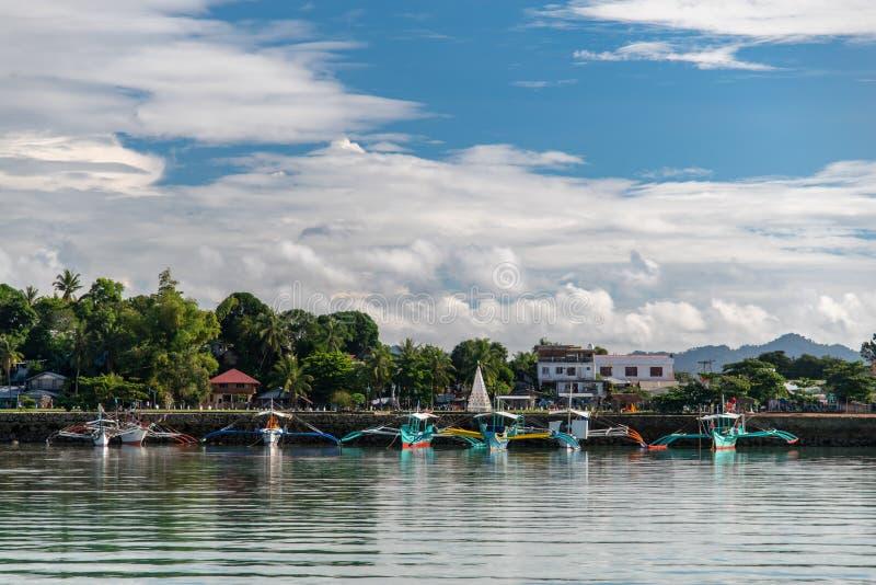 Barcos amarrados en el puerto de San Vicente, Palawan, Filipinas, el 25 de diciembre de 2018 fotografía de archivo