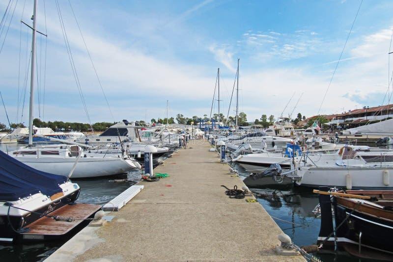 Barcos amarrados en el puerto deportivo fotos de archivo