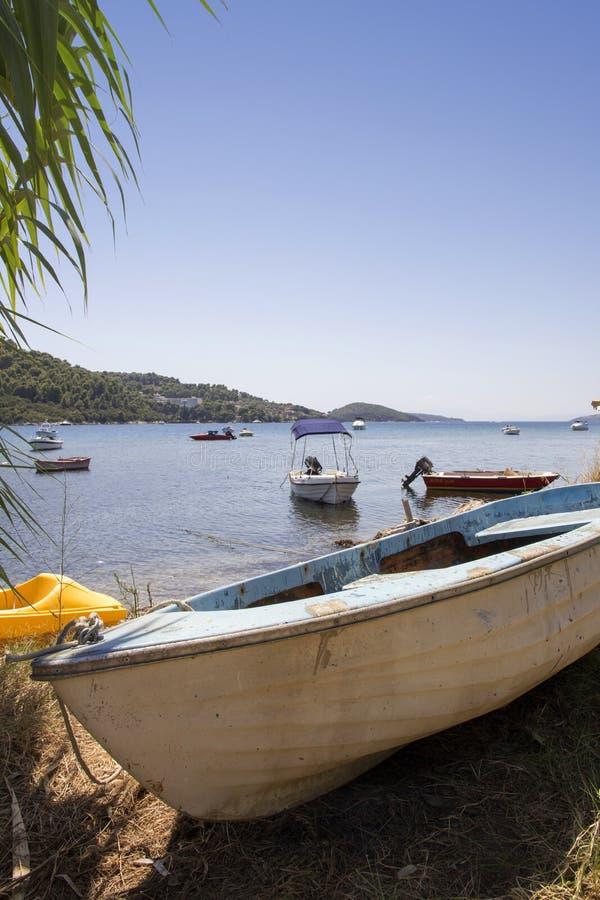 Barcos amarrados en el puerto viejo, ciudad de Skiathos, Grecia, el 18 de agosto de 2017 fotos de archivo