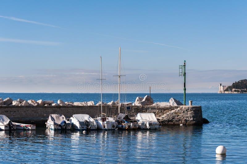 Barcos amarrados en puerto Castillo de Miramare en fondo fotografía de archivo