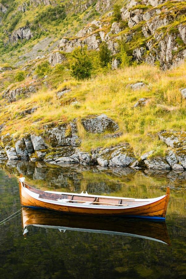 Barcos amarrados na água calma Ilha de Lofoten - Noruega imagem de stock